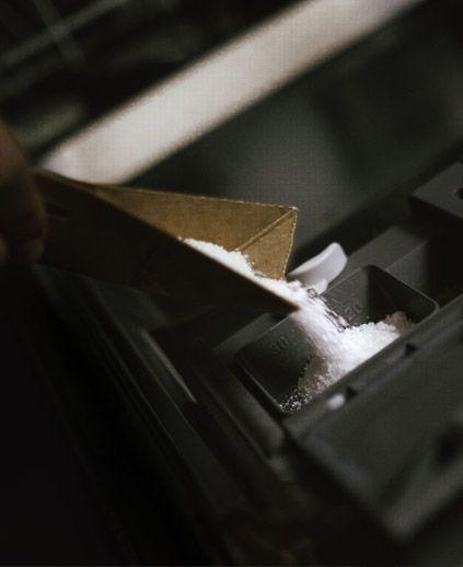 Jak dbać o zmywarkę, czyli gdzie wsypać sól i wlać nabłyszczacz